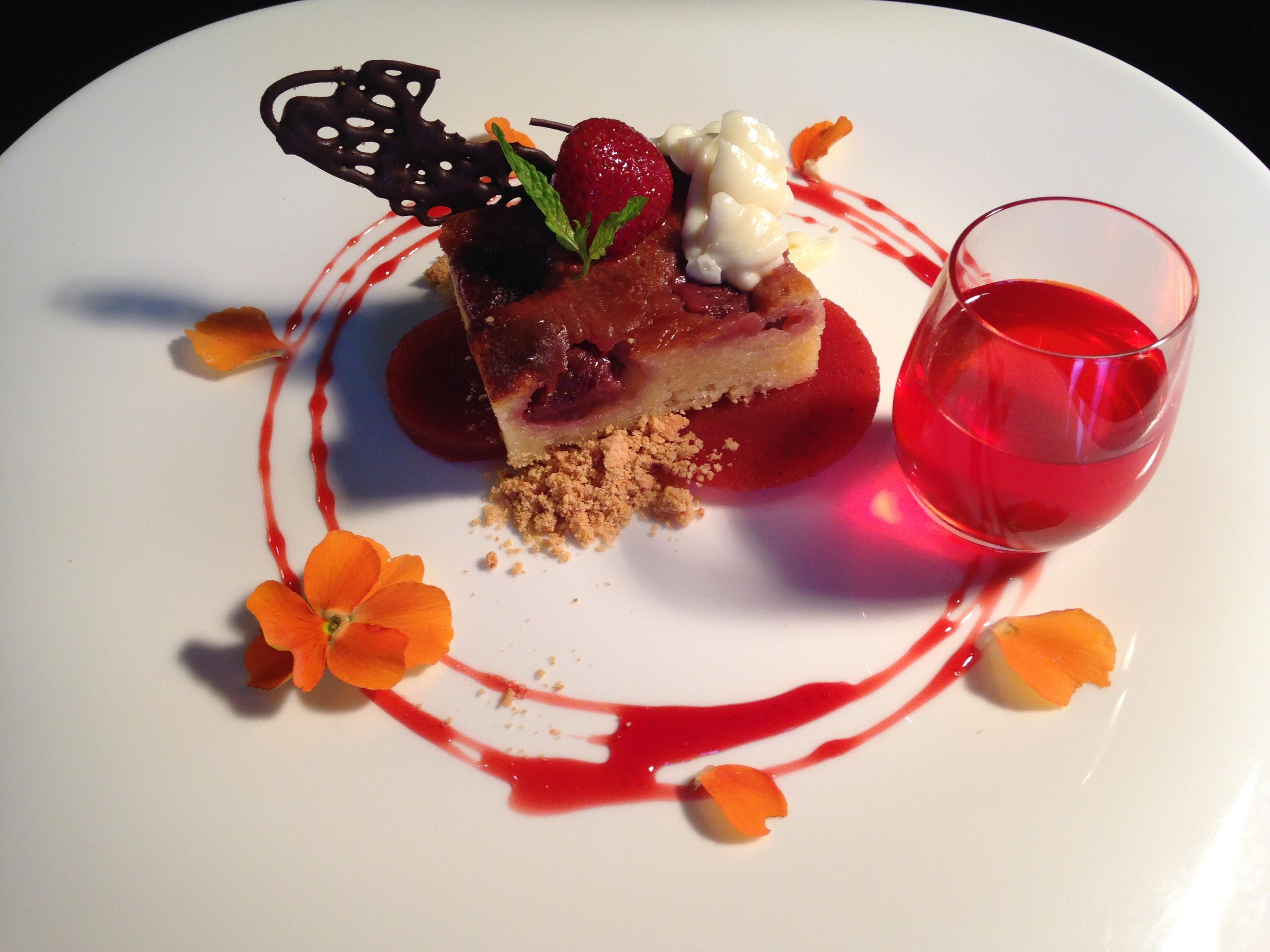 Brownie de fresas y chocolate blanco con su mousse, gelé de fresa ...